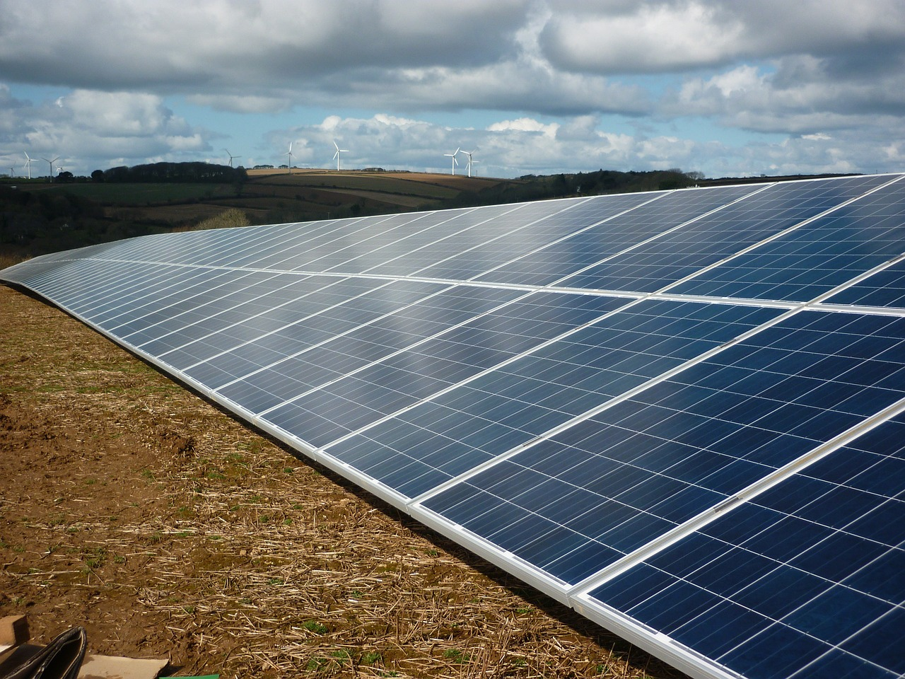 Bariery rozwoju dużych farm fotowoltaicznych. Odpowiada prawnik